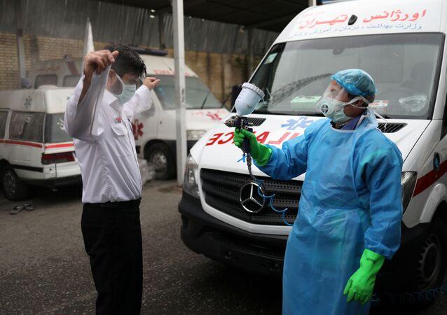 Başkent Tahran'da bir sağlık çalışanı koronavirüse karşı dezenfekte ediliyor.