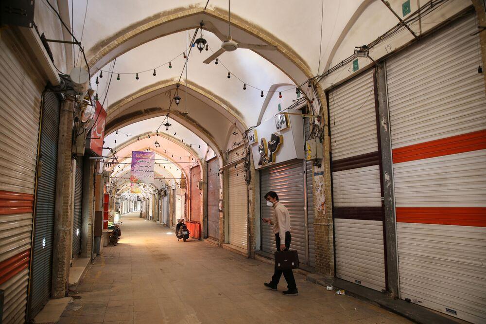 İran'ın Kum kentinde koronavirüse karşı alınan önlemler nedeniyle dükkanların çoğu kapatılmış durumda.