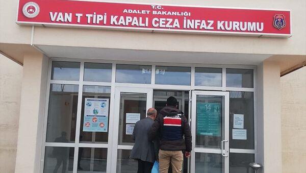 Van'da 2011'de yaşanan depremde tutuklu bulunduğu Van M Tipi Kapalı Ceza İnfaz Kurumundan firar eden hükümlü, evden ahıra açılan gizli tüneli takip eden jandarma ekiplerince yakalandı. - Sputnik Türkiye