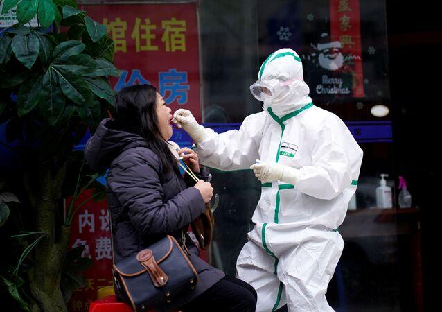 Koronavirüs salgının başlangıç noktası olan Çin'in Hubei vilayetinde bulunan Vuhan kentinde koronavirüs testi