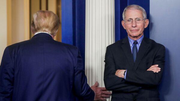 Beyaz Saray'da Koronavirüs Görev Gücü günlük basın toplantısının ardından Donald Trump ayrılır, Dr. Anthony Fauci sütuna dayanarak beklerken - Sputnik Türkiye