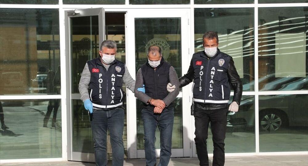 Antalya'da birlikte yaşadığı kadını silahla tehdit ettiği iddiasıyla gözaltı işlemi yapılırken, görevli polislere Koronalıyım diyerek tüküren kişi tutuklandı.