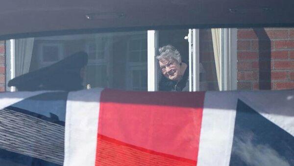 Susan Cadogan, eşine pencereden veda etmek zorunda kaldı. - Sputnik Türkiye