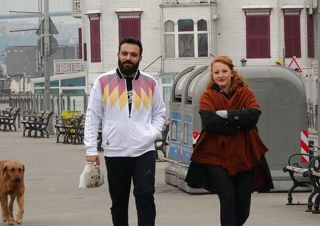 Beşiktaş'ta yasağa uymayan bazı vatandaşlar yine sabah erken saatlerde spor yapmak için sahile geldi.