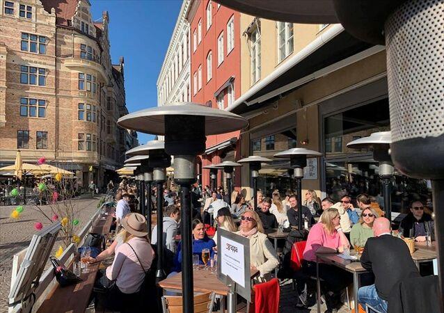 Yeni tip koronavirüs (Kovid-19) nedeniyle karantina uygulanmayan İsveç'te halk, güneşli havanın keyfini çıkarmak için parklara ve restoranlara akın etti.