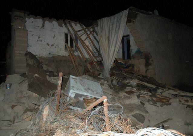 Diyarbakır'ın Çınar ilçesinde çöken kerpiç evde göçük altında kalan 9 çocuktan iki kız kardeş hayatını kaybetti.