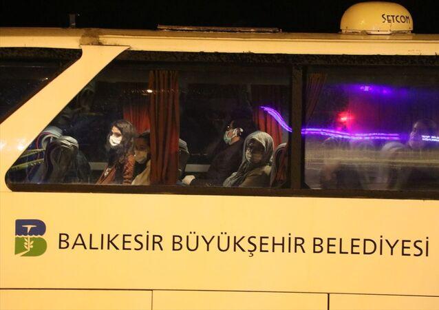 Kuzey Kıbrıs'tan uçakla Türkiye'ye getirilen 190 kişi, yeni tip koronavirüs (Kovid-19) önlemleri kapsamında Balıkesir'deki öğrenci yurduna yerleştirildi