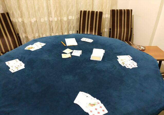 Bolu'da polis ekipleri, koronavirüs önlemleri nedeniyle kapalı olan kahvehane yerine evde kumar oynadığı tespit edilen 6 kişiyi gözaltına aldı.