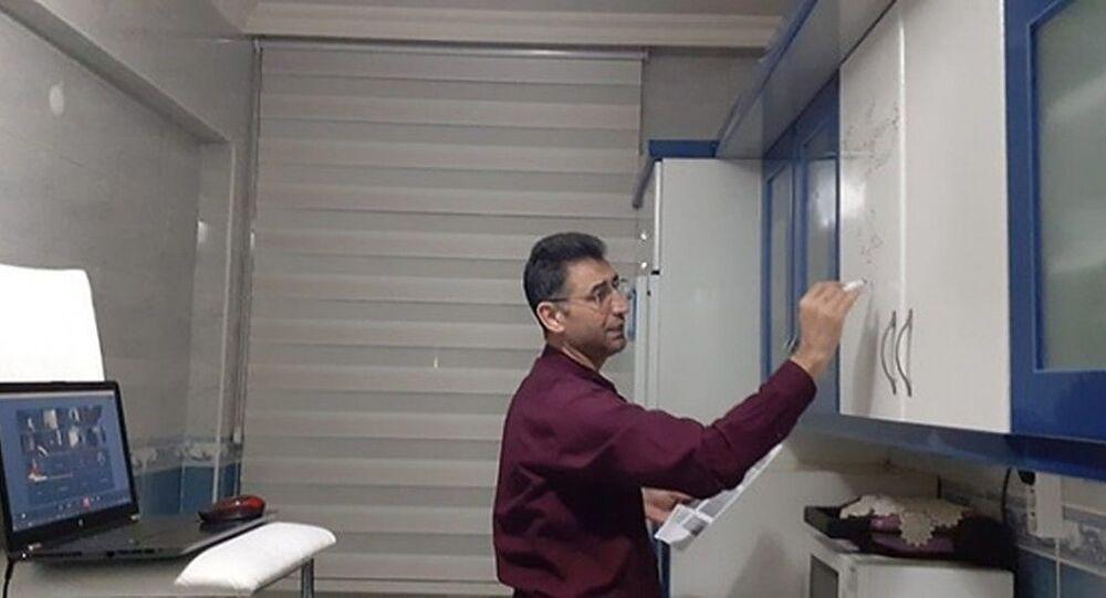 Kayseri'de, 45 yaşındaki matematiköğretmeniMustafa Gürel, mutfak dolabınıyazı tahtası gibi kullanarak internet üzerinden öğrencilerine ders anlattı.