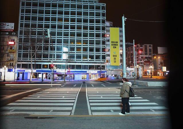 Yeni tip koronavirüs (Kovid-19) tedbirleri kapsamında İstanbul, Ankara ve İzmir başta olmak üzere yurt genelinde, Evde Kal Türkiye çağrısına büyük oranda uyuluyor. Ankara'da da çağrılara uyulması sonucu normalde akşam saatlerinde de yoğunluğun yaşandığı 15 Temmuz Kızılay Meydanı boş kaldı.