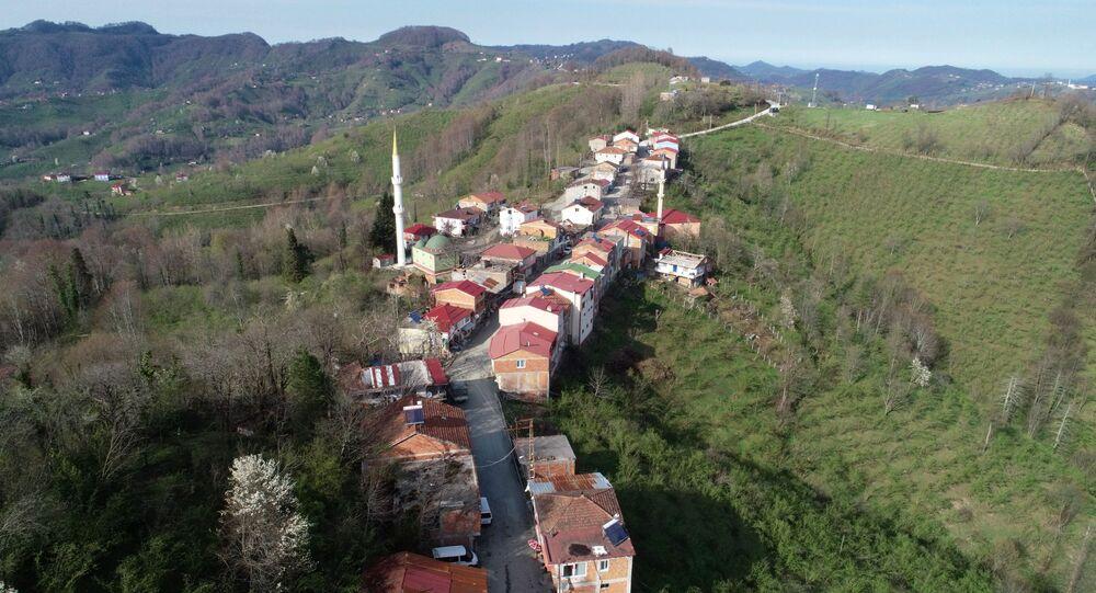 Türkiye'de, korona virüsle (Kovid-19) mücadele kapsamında alınan 30 büyükşehre ve Zonguldak'a giriş çıkışlar 15 gün süreyle yasaklanırken, Ordu'nun Şenbolluk ile Samsun'un Ambartepe Mahallelerinde bu yasak işlemiyor. İki büyükşehrin sınırı olarak kabul edilen dar yolun bir tarafındaki haneler Ordu iline kayıtlı iken, diğer tarafta Samsunlu vatandaşlar ikamet ediyor.