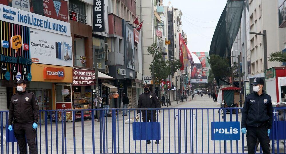 İzmir'in Karşıyaka ilçesinde vatandaşların yoğun olarak bulunduğu Karşıyaka Çarşıya giriş çıkışlar, yeni tip koronavirüs (Kovid-19) tedbirleri kapsamında kontrol altına alındı.