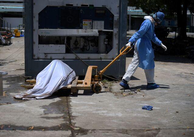 Sağlık çalışanları sokaklardan topladıkları cesetleri hastane morguna götürürken, Ekvador, Guayaquil, 3 Nisan