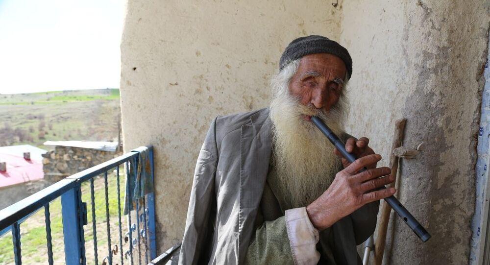 Tunceli'de 83 yaşındaki Hakkı Bozdoğan, koronavirüs salgını nedeniyle evinin balkonuna çıkıp demir borudan yaptığı kavalını çalarak evde kalın mesajı verdi.