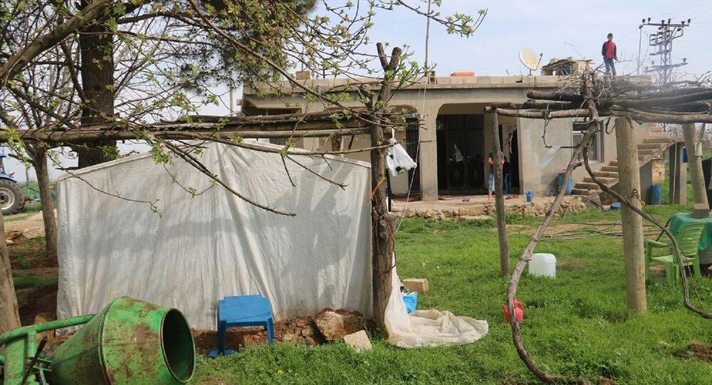 Evinin bahçesine kurduğu çadırda kendisini karantinaya aldı