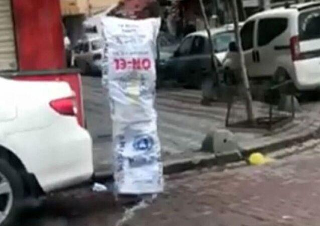 Zeytinburnu'nda çekildiği öne sürülen ve sosyal medyada paylaşılan çuvallı koronavirüs önlemi ilgi çekti.