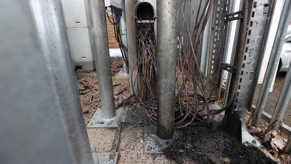 Kundaklama sonucu kabloları zarar gören bir baz istasyonu, Birmingham, İngiltere, Britanya - Sputnik Türkiye