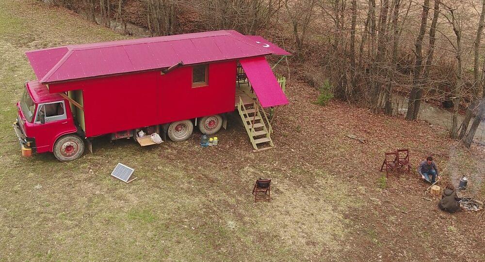Koronavirüse karşı eve dönüştürdüğü kamyonda kalıyor