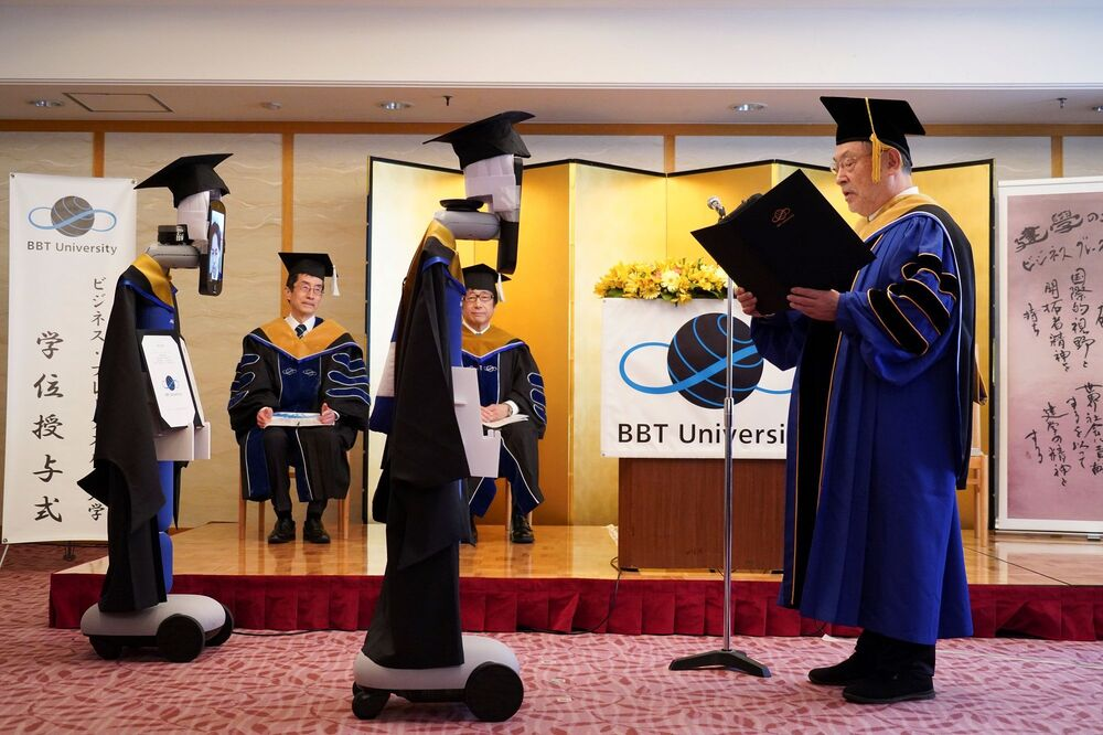 Kovid-19 nedeniyle etkinliklerin iptal edildiği dönemde, bu soruna teknolojiyi kullanarak çözüm bulan Japonya'nın başkenti Tokyo'daki Business Breakthrough Üniversitesi, Japon bir firma tarafından geliştirilen robotlar aracılığıyla, öğrencilerini çevrimiçi bir törenle mezun etti.