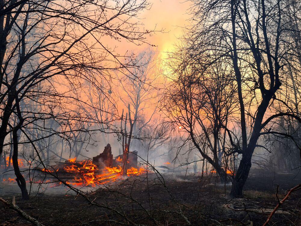 1986 yılındaki nükleer felaket nedeniyle hayalet şehre dönen Çernobil'de başlayan orman yangını nedeniyle bölgede radyasyon seviyesi 16.5 kat arttı.