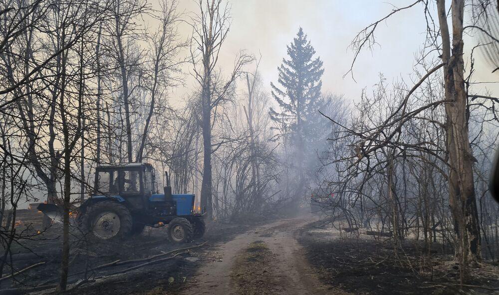Ukrayna Acil Durumlar Bakanlığı'nın açıklamasına göre yangına AN-32P uçağı ve Mİ-8 helikopterinin yanı sıra 80 itfaiye aracı ve 140 personel ile şu ana kadar 140 ton su kullanılarak müdahale edildi.