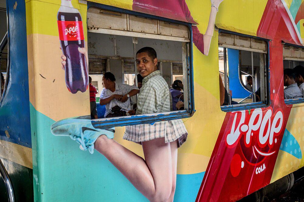 Myanmar'da Yangon demiryolunda çekilen bir fotoğraf.
