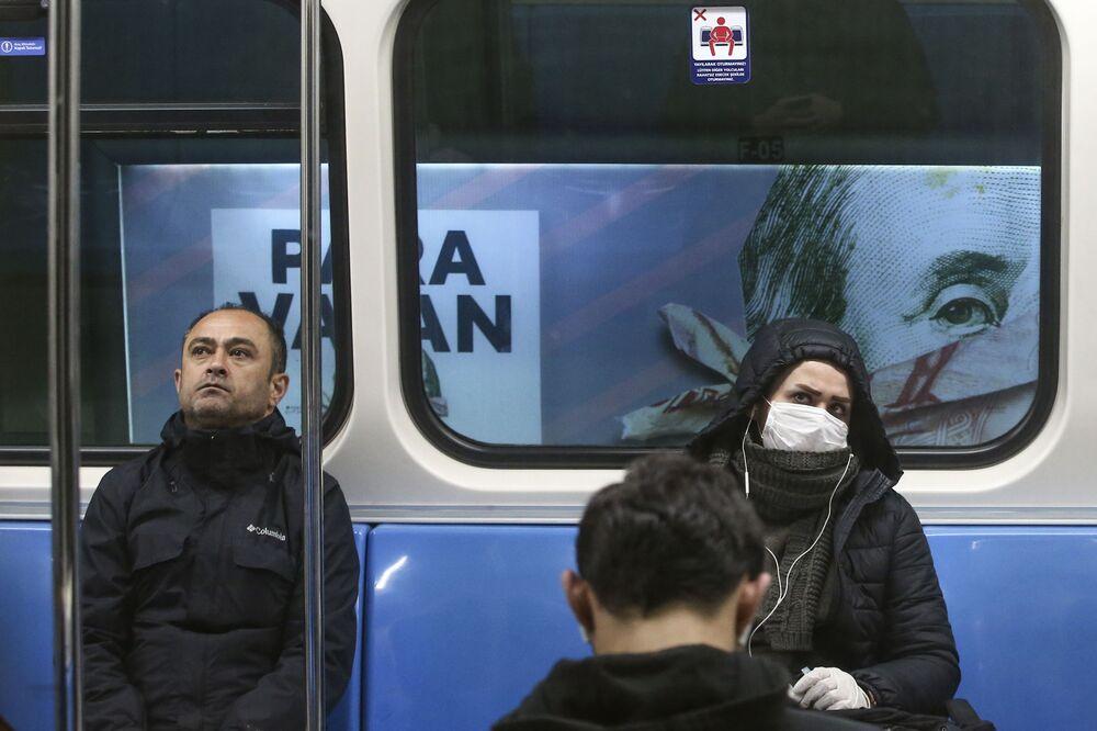 İstanbul metrosundan bir kare.