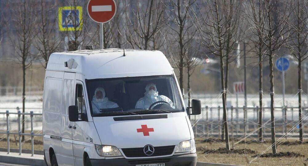Yeni tip koronavirüs (Kovid-19) salgınına karşı Rusya'da önlemler devam ediyor. Moskova'daki Kovid-19 hastalarının tedavi edildiği Kommunarka Hastanesine bugün de ambulanslarla özel koruyucu kıyafetler giyen sağlık görevlileri hastalık şüphesi taşıyan vatandaşları sevk etti.