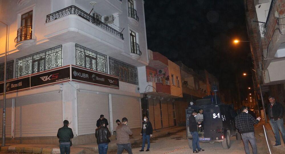 Diyarbakır'ın Bismil ilçesinde 26 yaşındaki Yakup Demircan, sokaktaki silahlı kavga esnasında kafasına isabet eden kurşunla ağır yaralandı. Olay yerinde çalışma başlatan polis ekipleri, şüphelinin yakalanması için çalışma başlattı.