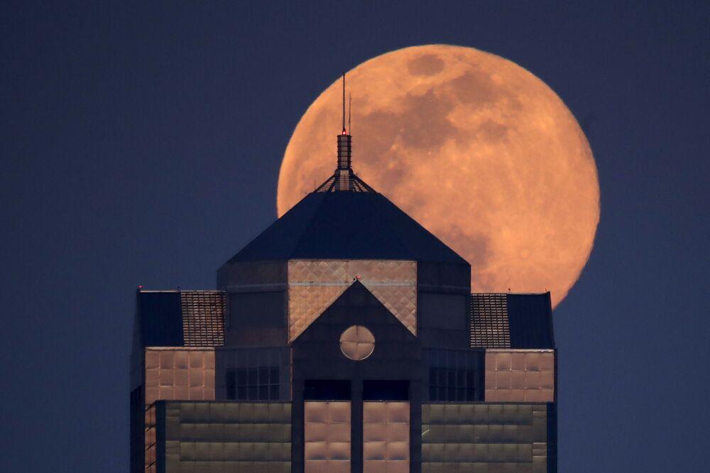 Ay'ın Dünya'ya yakın olması ve Kuzey Yarımküre'de Phlox bitkisinin açma zamanına denk gelmesiyle bu özel ismi alan nisan dolunayı tam olarak pembe bir renkte görünmese de sarımsız turuncu renklere bürünebilir.  Fotoğrafta: ABD'nin Kansas City kentinde görüntülenen Süper Pembe Ay