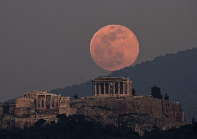 Yunanistan'ın başkenti Atina'da gözlemlenen Pembe Süper Ay, görenleri mest etti.