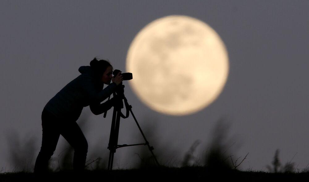 Bosna-Hersek'in Zenica kentinde Pembe Süper Ay'ı görüntüleyen  fotoğrafçı.