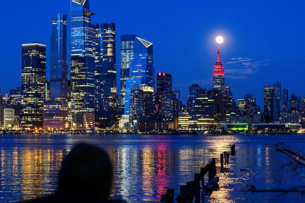 Dünyanın birçok ülkesinde gözlemlenen Pembe Süper Ay olayı kartpostallık görüntüler oluşturdu.  Fotoğrafta: ABD'nin New York kentinde görüntülenen Sper Ay