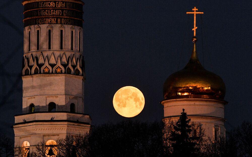 2020 yılının en önemli gök olaylarından biri olan  Pembe Süper Ay, Rusya'nın başkenti Moskova semalarında da görüntülendi.