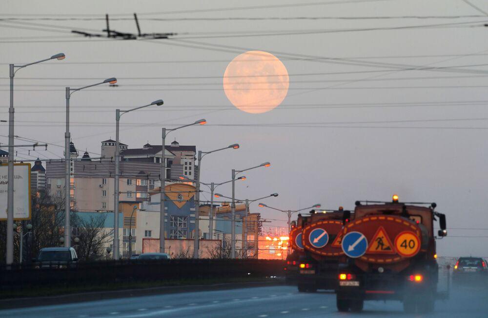 Bir sonraki Süper Ay tutulması ise, 7 Mayıs'ta gerçekleşecek.  Fotoğrafta: Belarus'un başkenti Minsk'te gözlemlenen Süper Pembe Ay