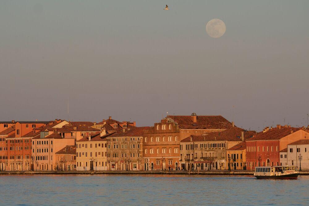 Genellikle normal Dolunaydan çok daha parlak görünen Süper Pembe Ay, Venedik semalarında.