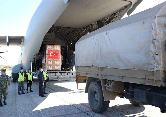Yeni tip koronavirüs (Kovid-19) salgınına karşı mücadeleye destek amacıyla Türkiye'nin Balkan ülkelerine gönderdiği tıbbi yardımları taşıyan askeri kargo uçağı, Kuzey Makedonya'ya ulaştı.