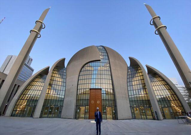 Almanya'nın Köln kentindeki Diyanet İşleri Türk İslam Birliği (DİTİB) Genel Merkezi bünyesindeki Merkez Camisi'nde ilk kez hoparlörden ezan okundu. Köln'de, yeni tip koronavirüs (Kovid-19) salgınında Müslümanlara moral olması amacıyla yerel makamların izniyle akşam ezanı din görevlisi Naci Şengün tarafından okundu.