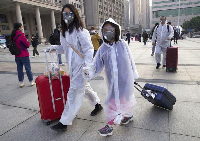 Vuhan'da vatandaşlardan ayrıca enfeksiyon riskini azaltmak için maske takmayı sürdürmeleri isteniyor.