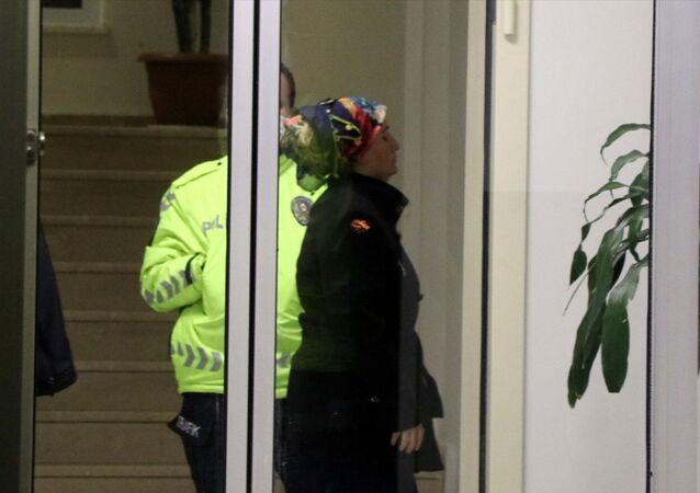Kayseri'de bir apartmanın asansör kapısıyla merdiven korkuluklarına sıvı süren şüpheli kadın gözaltına alındı.