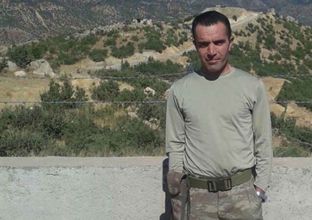 Bursa'da Jandarma Astsubay Okulu bahçesinde, tartıştığı sevgilisi Sosin Küçükgüven'i (43) beylik tabancasıyla vurarak öldüren Jandarma Uzman Çavuş Aydemir Koluaçık