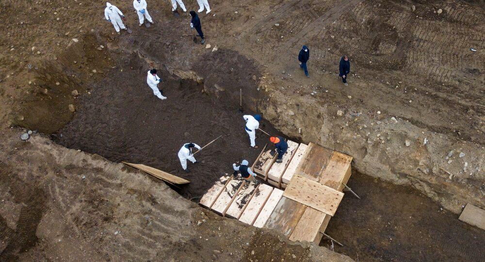 ABD'nin New York şehrinin Hart Adası'nda koronavirüs kurbanlarının toplu mezarlara gömüldüğü havadan görüntülendi.