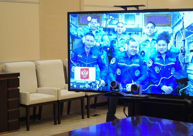 Rusya Devlet Başkanı Vladimir Putin, 12 Nisan Kozmonotlar Günü öncesinde dün iki Rus kozmonot ve bir ABD'li astronotun ulaştığı Uluslararası Uzay İstasyonu (UUİ) ile bağlantıya geçti.
