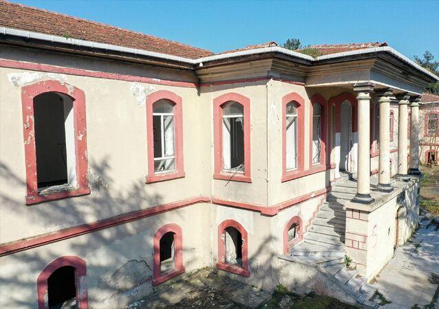Tarihi Hadımköy Askeri Hastanesi, restorasyon çalışmalarının tamamlanmasının ardından Yedikule Göğüs Hastalıkları Hastanesi Hadımköy Ek Hizmet Binası olarak hizmete açılacak.