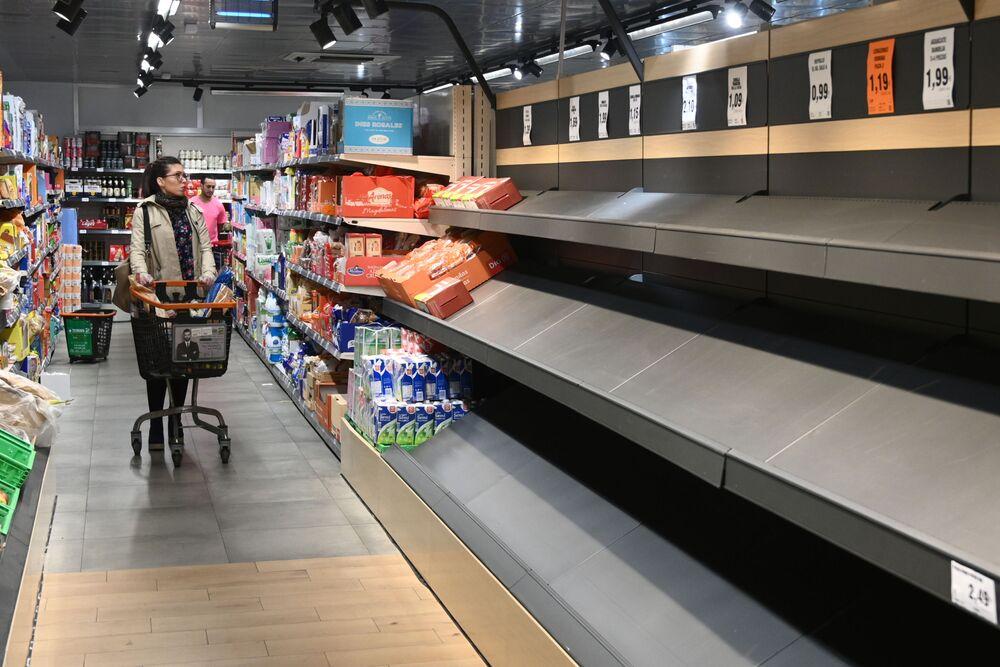 9.  Birçok ülkede  paniğe kapılan halk salgına hazırlık amacıyla stoklamak için mağazalara akın etti.