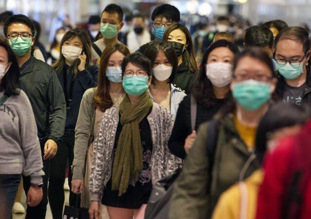 """5. 22 Ocak'ta hastalıktan dolayı Çin'de ölenlerin sayısı 17'ye, toplam vaka sayısı da 547'ye ulaşınca Vuhan kentinin geçici bir süreliğine ulaşıma kapatıldığı duyuruldu. DSÖ ise 23 Ocak günü gerçekleştirdiği toplantıda salgının henüz  """"uluslararası kamu sağlığı acil durumu"""" ilan edilecek noktaya gelmediğini bildirdi."""