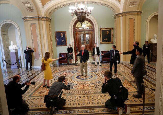 Koronavirüsün kasıp kavurduğu ABD'de Senato çoğunluk lideriMcConnell'a yaklaşık 2 metre mesafeden maske takarak soru soran gazeteciler