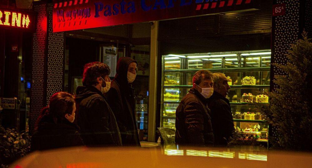 İstanbul Beylerbeyi'nde yeni tip koronavirüs (Kovid-19) salgını ile mücadele kapsamında, saat 24.00 itibarıyla başlayacak sokağa çıkma yasağı öncesi alışveriş yapmak isteyenler uzun kuyruklar oluşturdu.