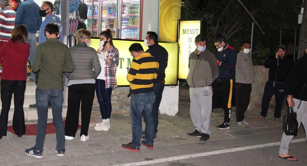 Bodrum'da yasağı duyanlar marketlere, fırınlara akın akın etti, 1 saate tüm tezgahlar boşaldı.