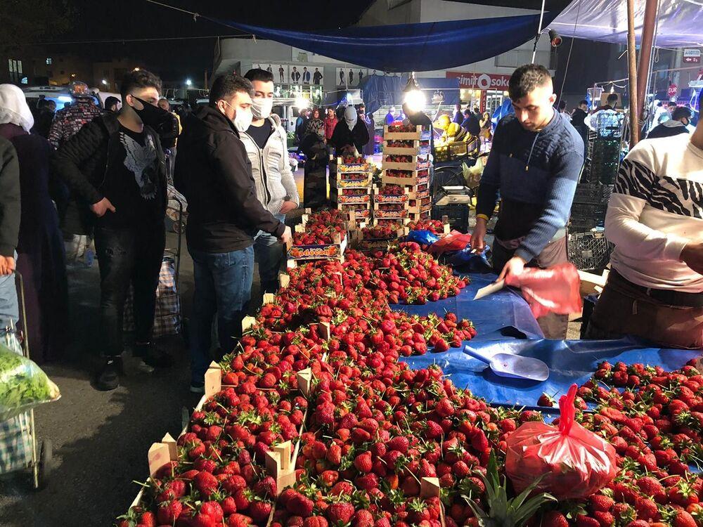 Bursa'nın merkez Yıldırım ilçesinde yarın açılacak Yavuzselim Pazar Yeri gece yarısı açılınca vatandaşlar oraya akın etti. 2 saatte meyve sebzeler tükenirken, pazarcılar da gecenin geç saatlerinde tezgahlarını toplayarak evlerinin yolunu tuttu.
